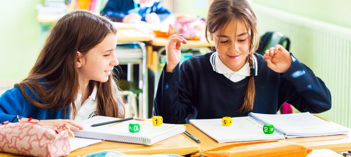 alumanas de educación primaria aprendiendo con dados