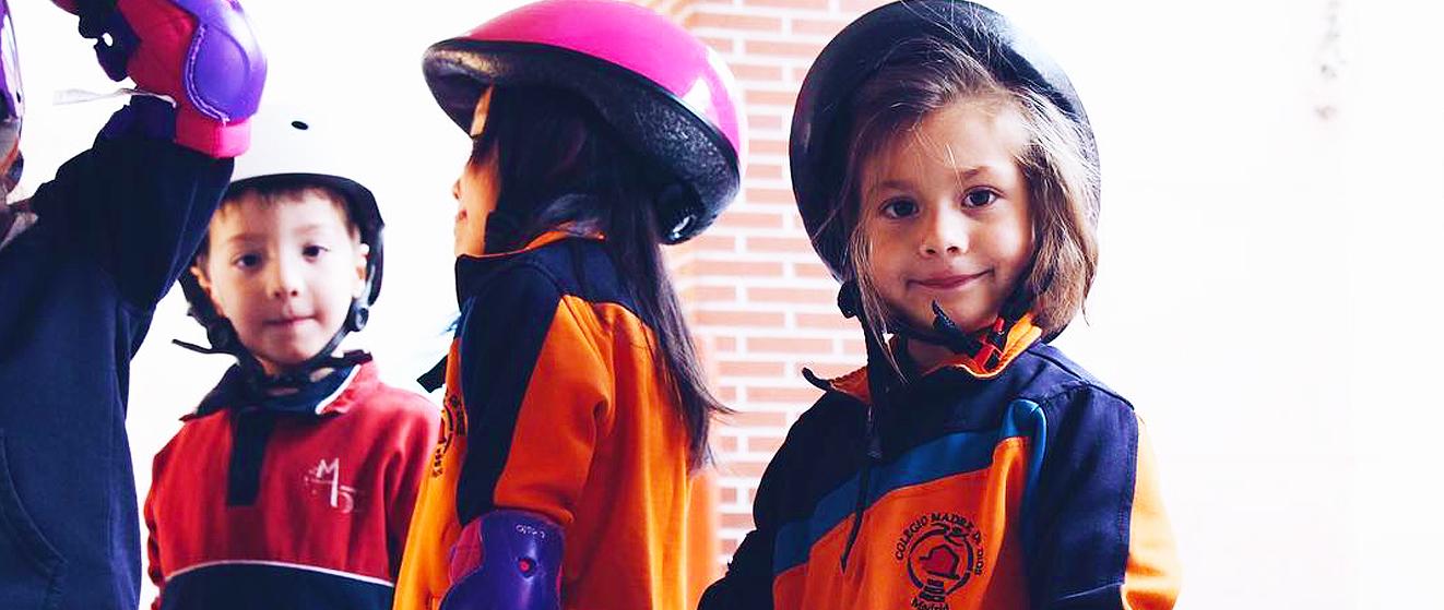 niñas con un cascos de patines