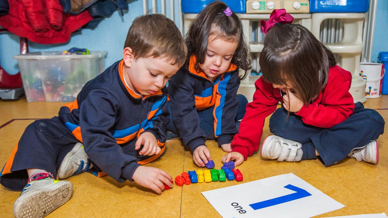 niños infantil aprendiendo con piezas
