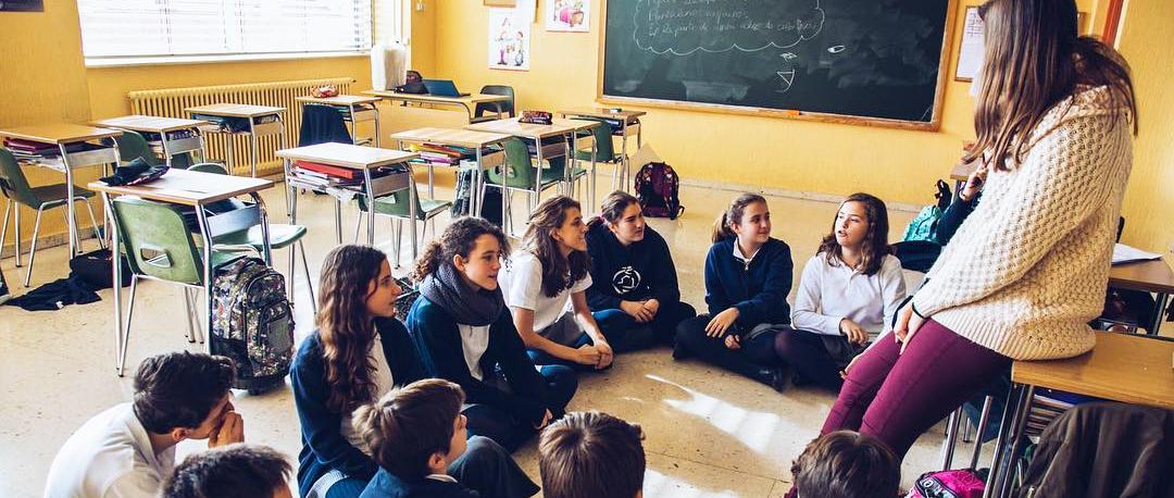 niñas alrededor de una maestra
