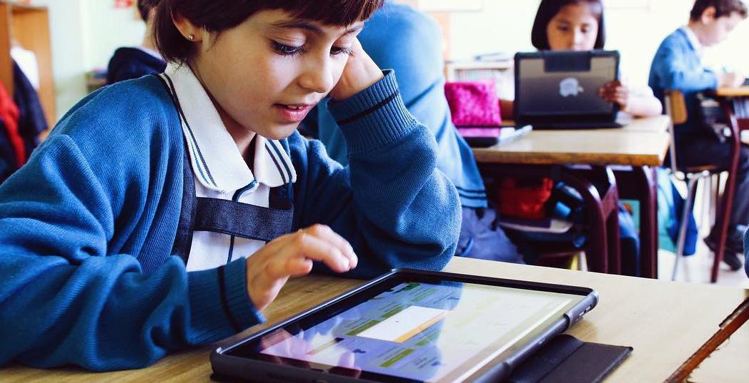 niño aprendiendo con una tablet