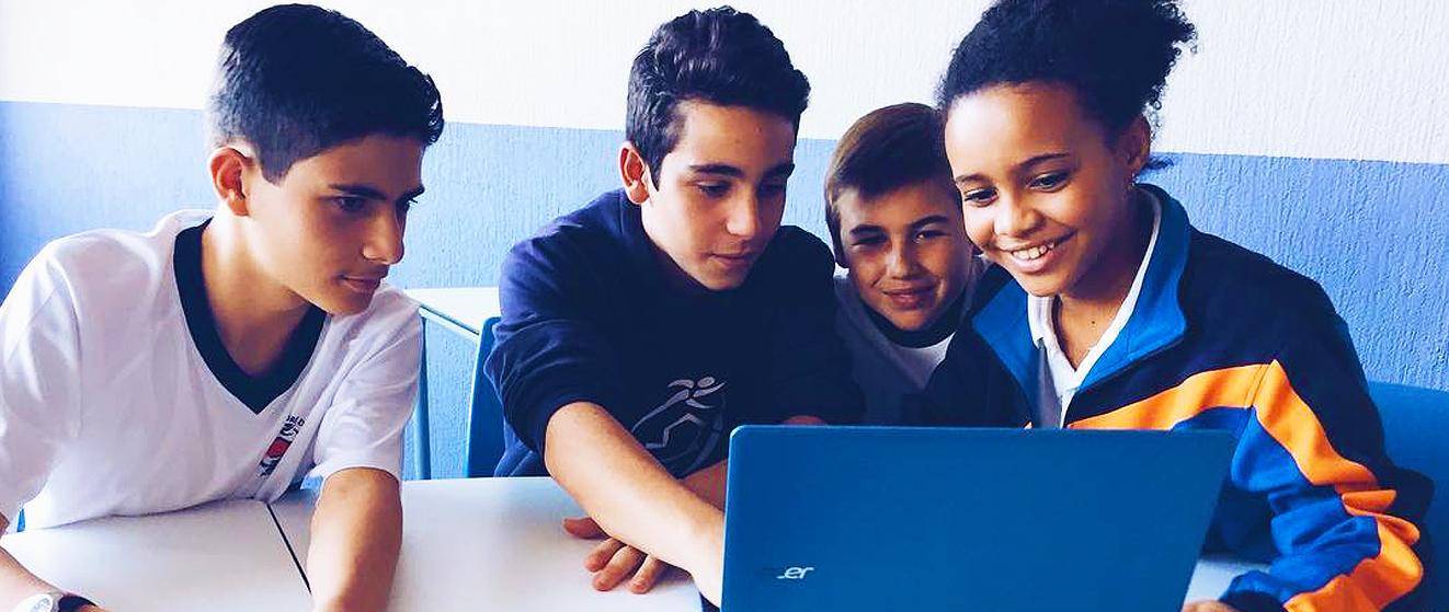 niños trabajando con un portatil