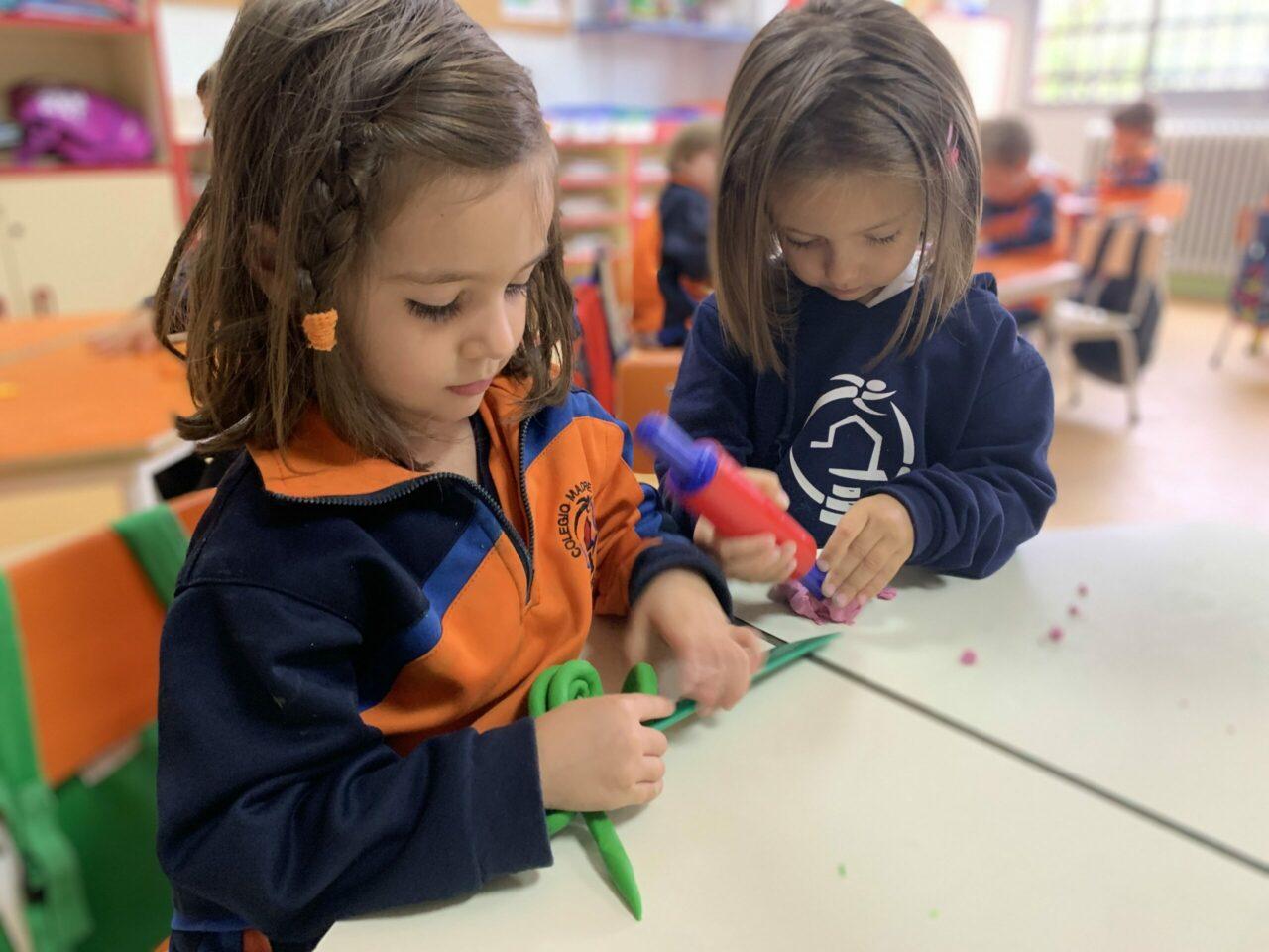 alumnas infantil con plastilina